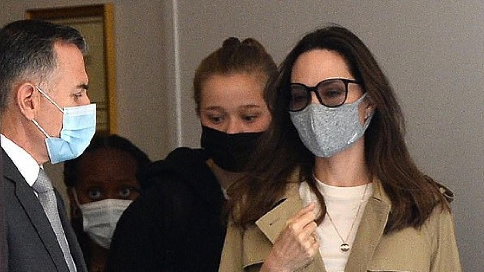 Angelina Jolie vui vẻ đưa các con đi chơi ở Pháp