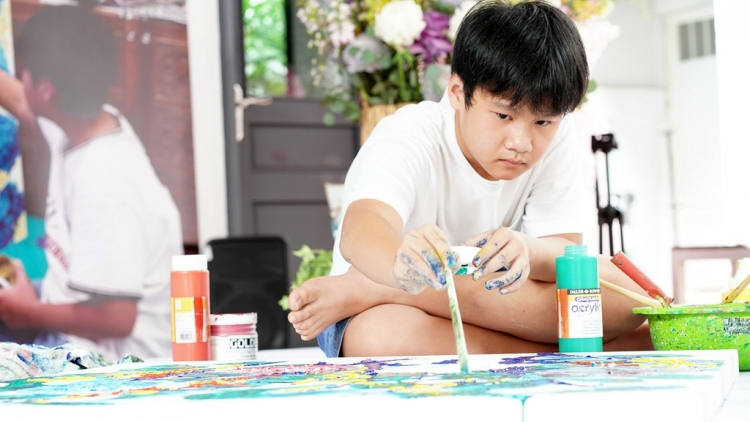Kid painter sells artworks to raise VND3bln for COVID-19 fight