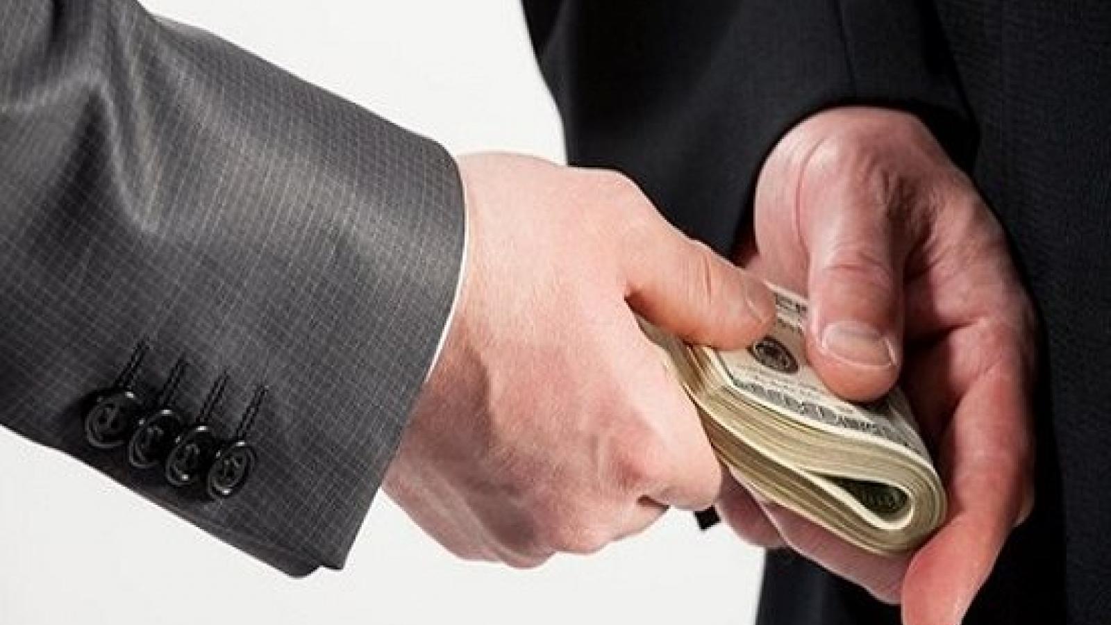 Cùng chiếm đoạt tài sản, tham ô khác lạm dụng tín nhiệm như thế nào?