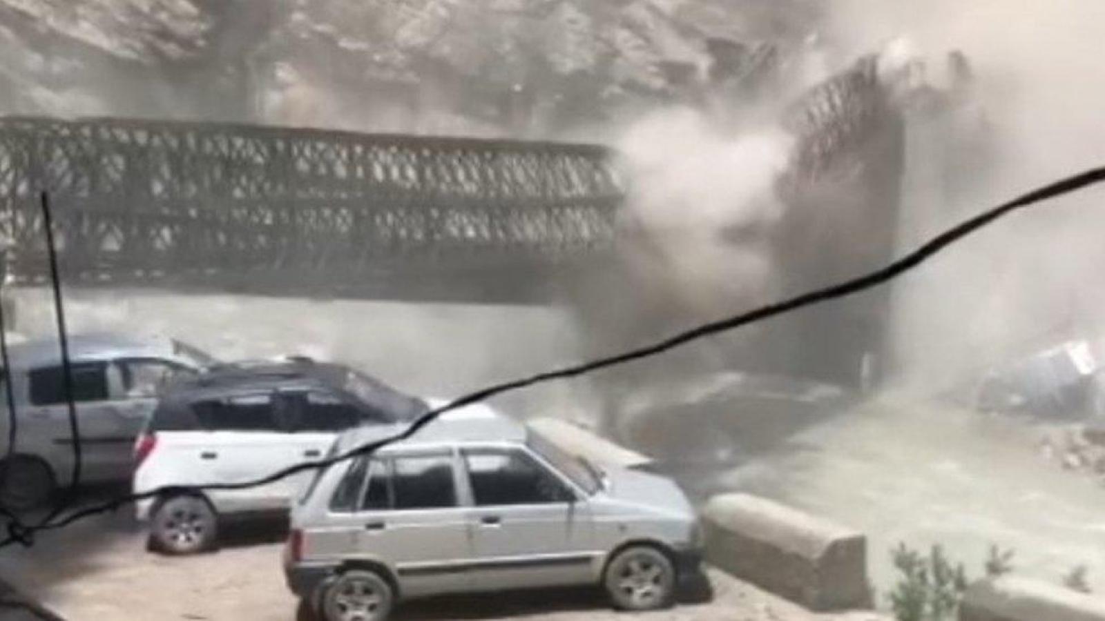 Kinh hoàng giây phút sạt lở đất đánh sập cây cầu ở Ấn Độ