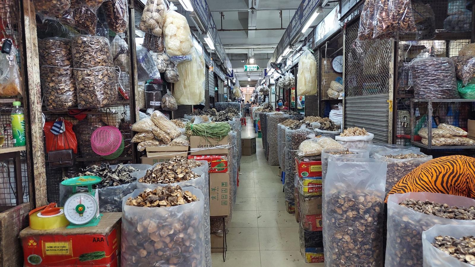 Hơn 2.100 gian hàng không thiết yếu ở chợ Đồng Xuân đóng cửa để phòng dịch