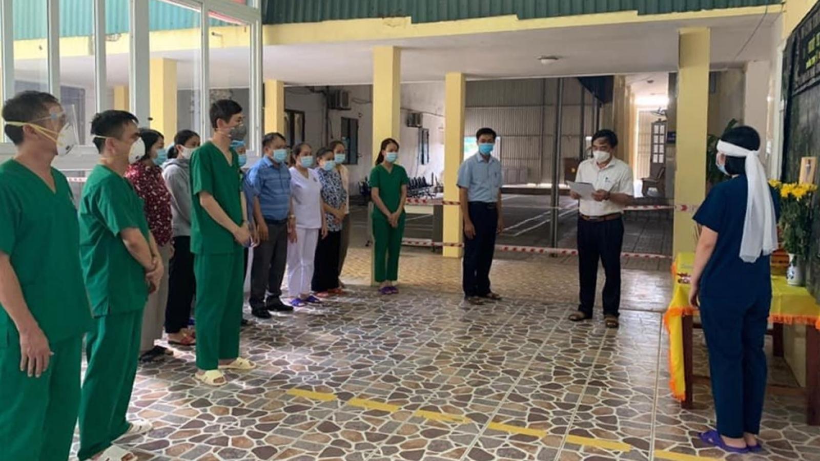Nữ nhân viên y tế lập bàn thờ, chịu tang mẹ chồng ở bệnh viện dã chiến