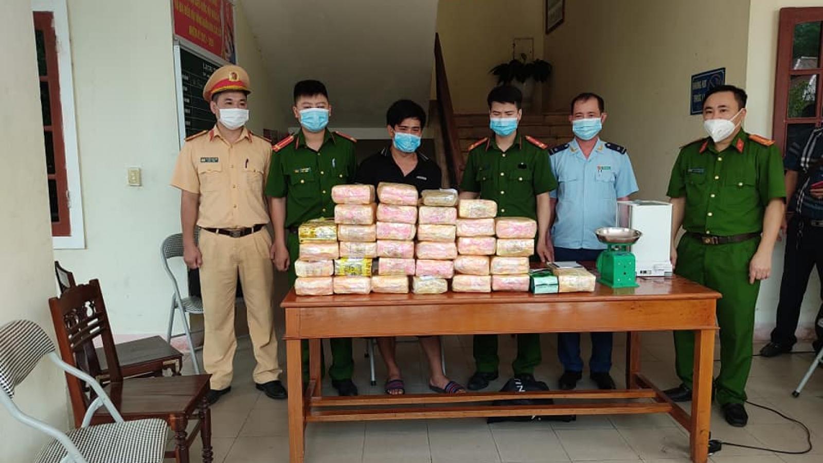 Bắt 9X trên đường vận chuyển 31kg ma túy, 12.000 viên ma túy tổng hợp