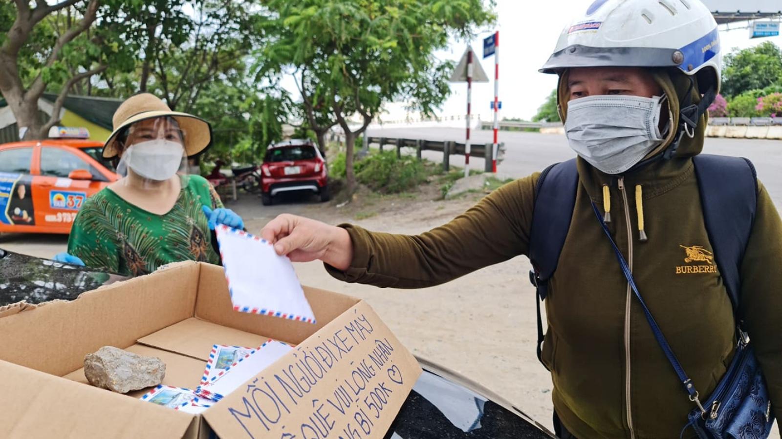 Người phụ nữ chờ đến 12h đêm để hỗ trợ người dân từ các tỉnh phía Nam về quê