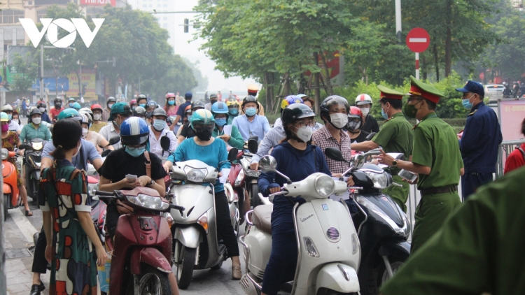 Some checkpoints in urban areas of Hanoi left crowded at peak hours