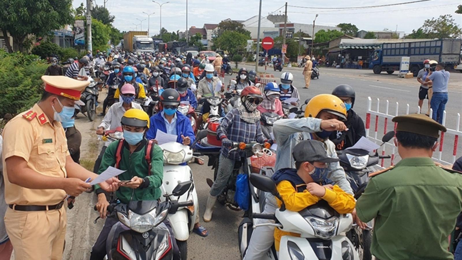 Locals depart Da Nang ahead of tightening COVID-19 control measures