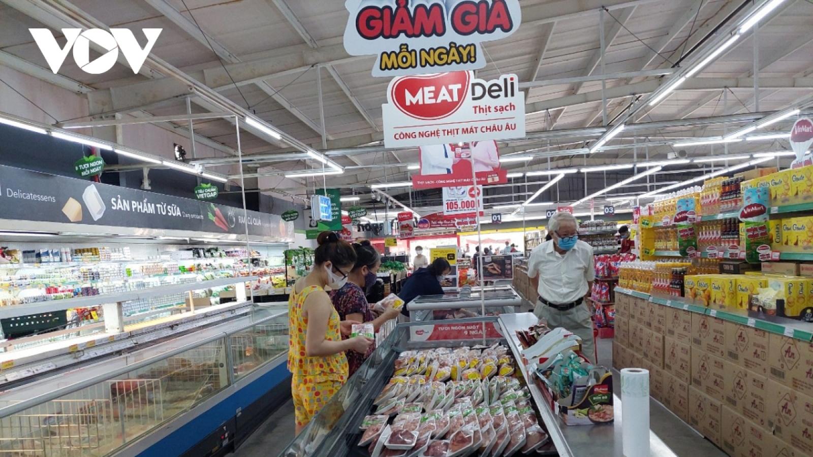 Hanoi: Wet markets crowded, supermarkets not busy amid COVID-19 fight