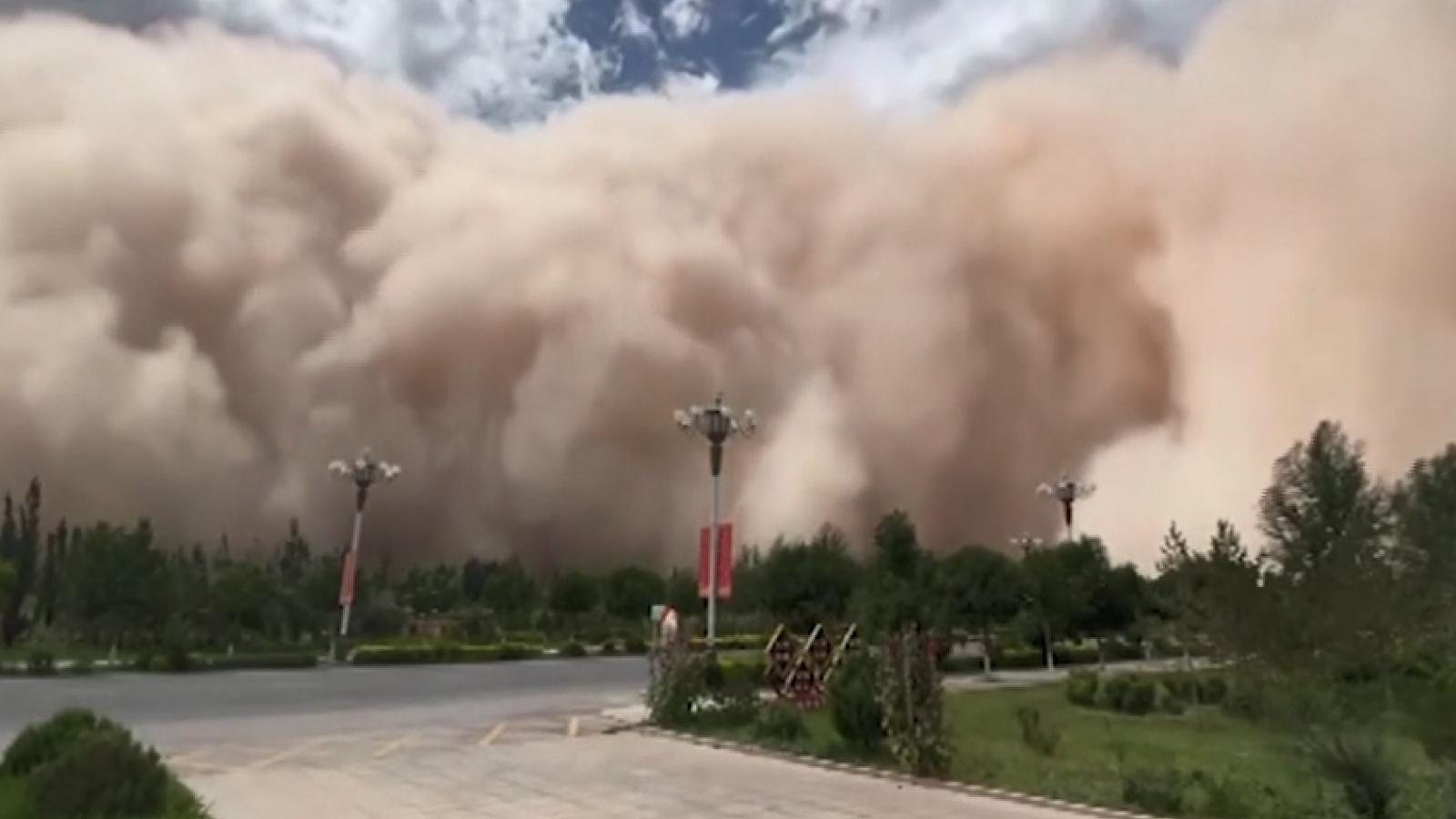 Video ghi cảnh bão cát khủng khiếp trùm lên các tòa nhà và đường phố Trung Quốc