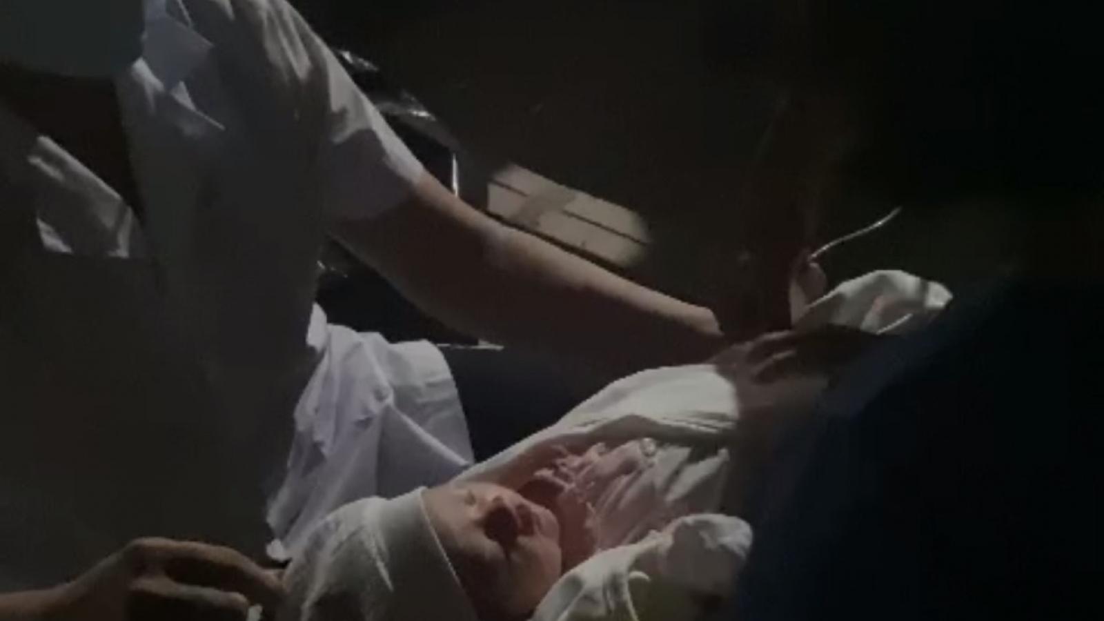 Phát hiện bé sơ sinh bị bỏ rơi tại cổng miếu làng