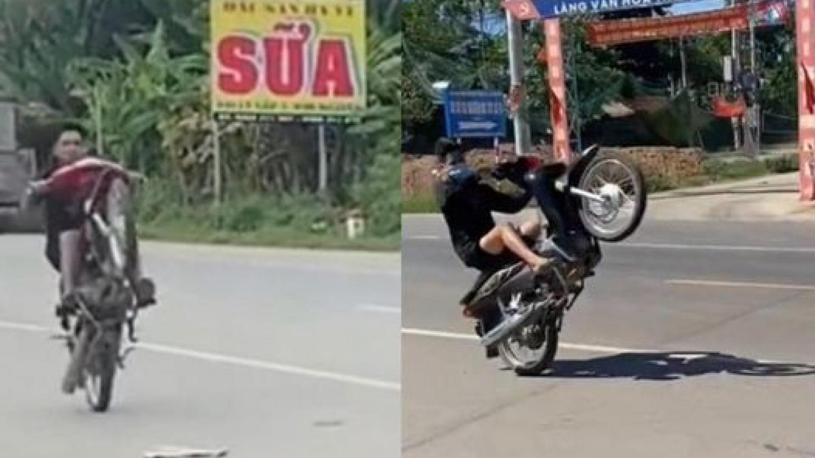 Công an Hà Nội phạt 15 triệu đồng hai đối tượng bốc đầu xe máy
