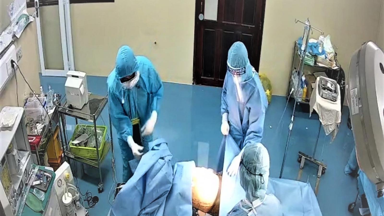 Khẩn cấp phối hợp phẫu thuật cứu sống bệnh nhân mắc Covid-19 bị thủng dạ dày, nguy kịch