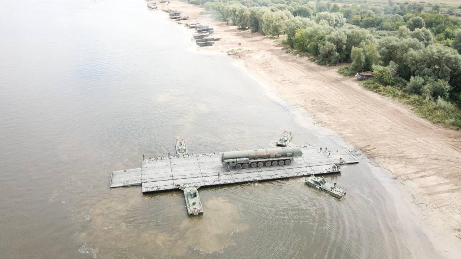 Xem công binh Nga lập cầu phao khổng lồ đưa tổ hợp tên lửa Yars vượt sông Oka