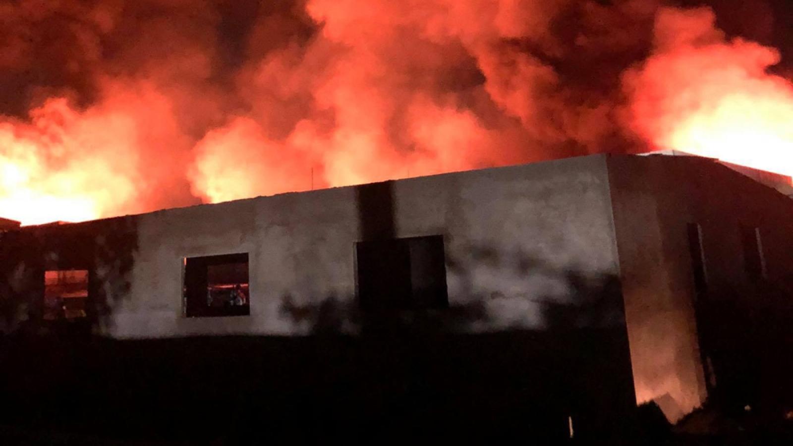 Xuyên đêm dập tắt đám cháy tại công ty sản xuất nệm mút ở Bình Dương