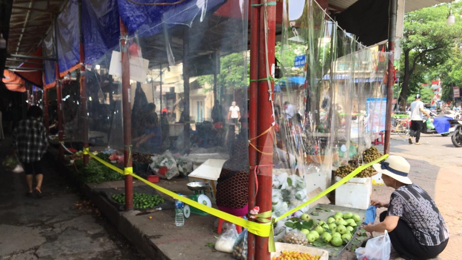 Tiểu thương chợ Bách Khoa góp tiền mua tấm nilon giãn cách phòng dịch
