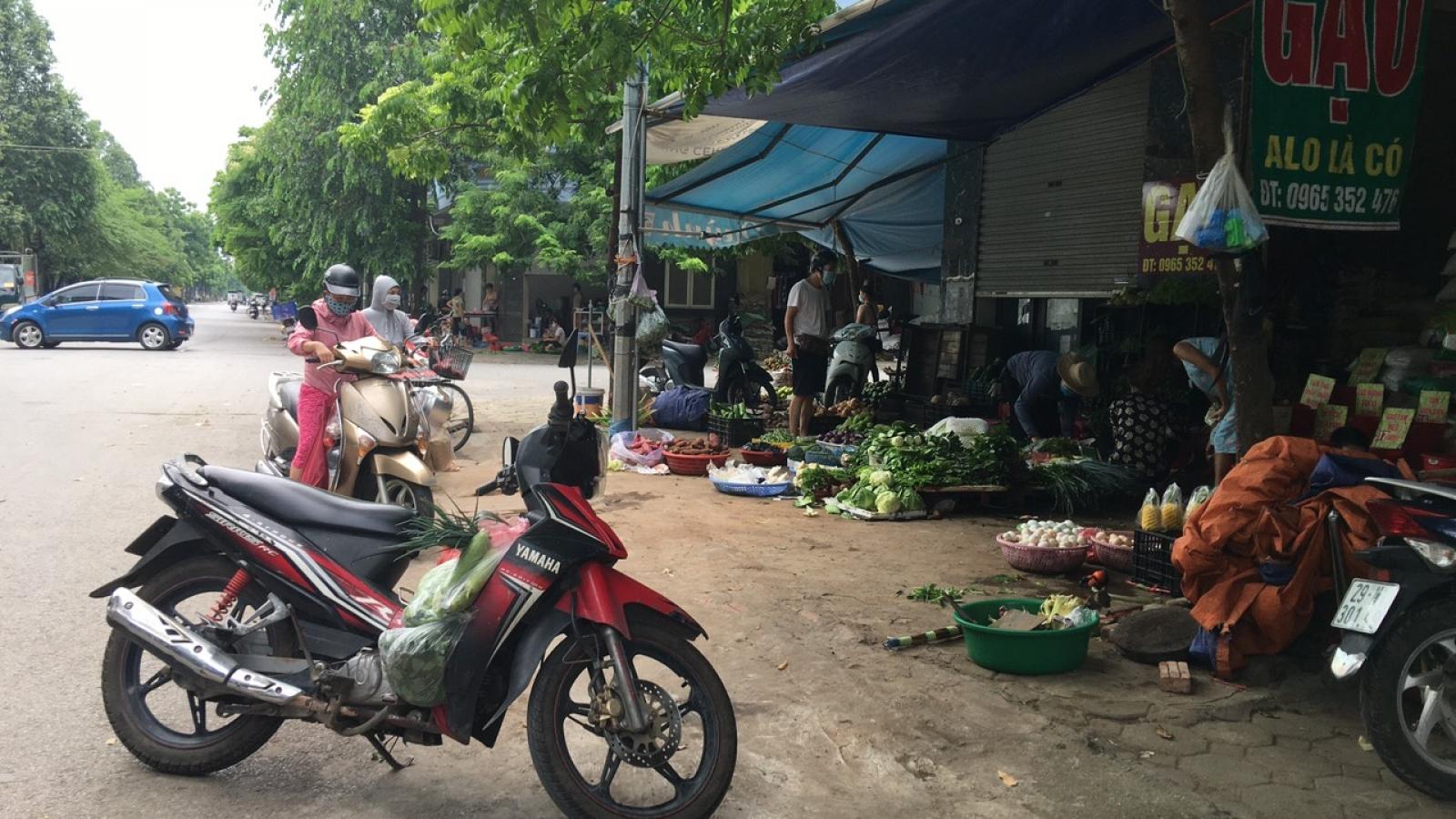 Chợ cóc vẫn ngang nhiên họp trên vỉa hè bất chấp lệnh cấm