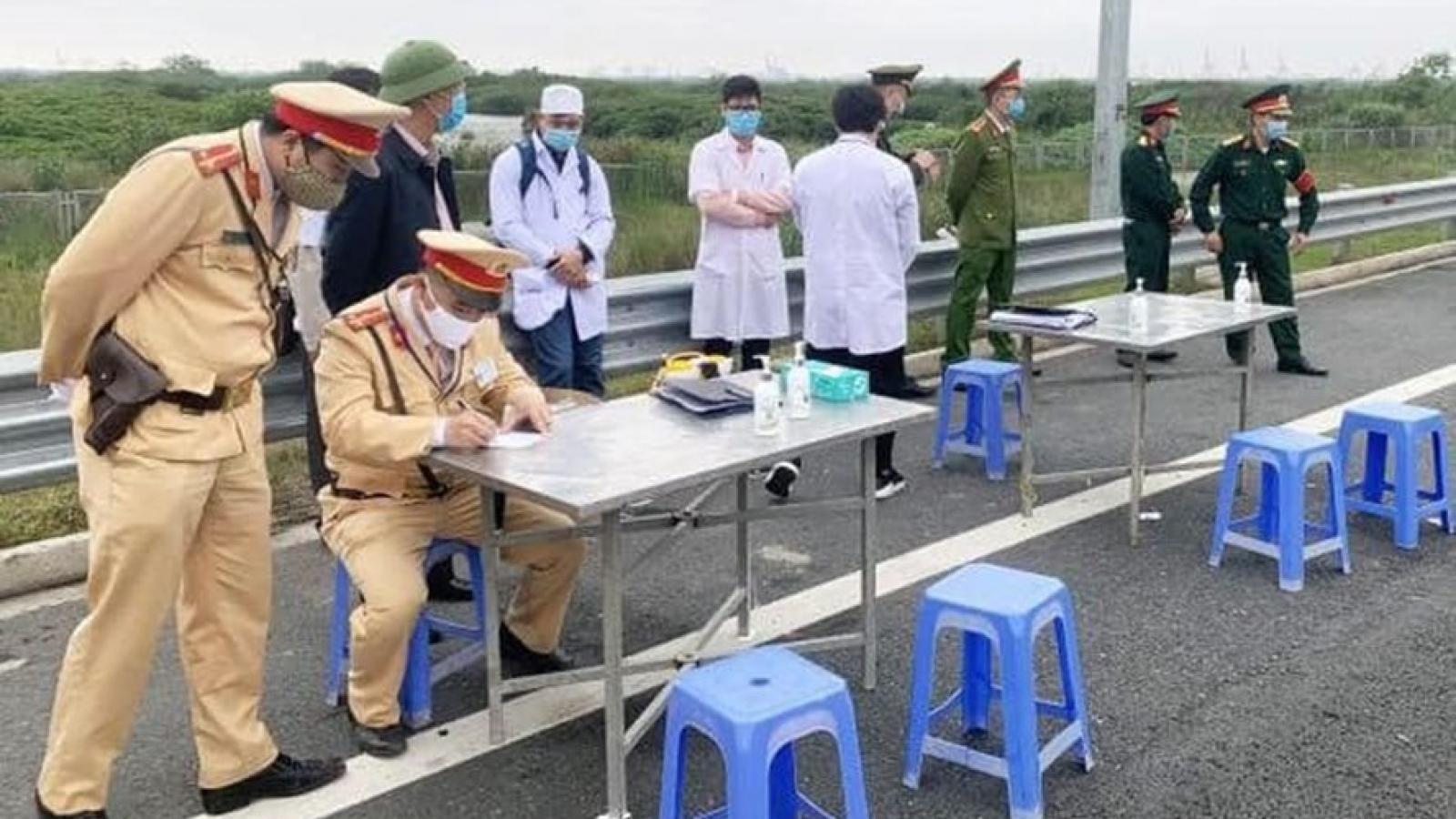 """22 chốt ở cửa ngõ Hà Nội để kiểm soát dịch bệnh, không """"ngăn sông cấm chợ"""""""