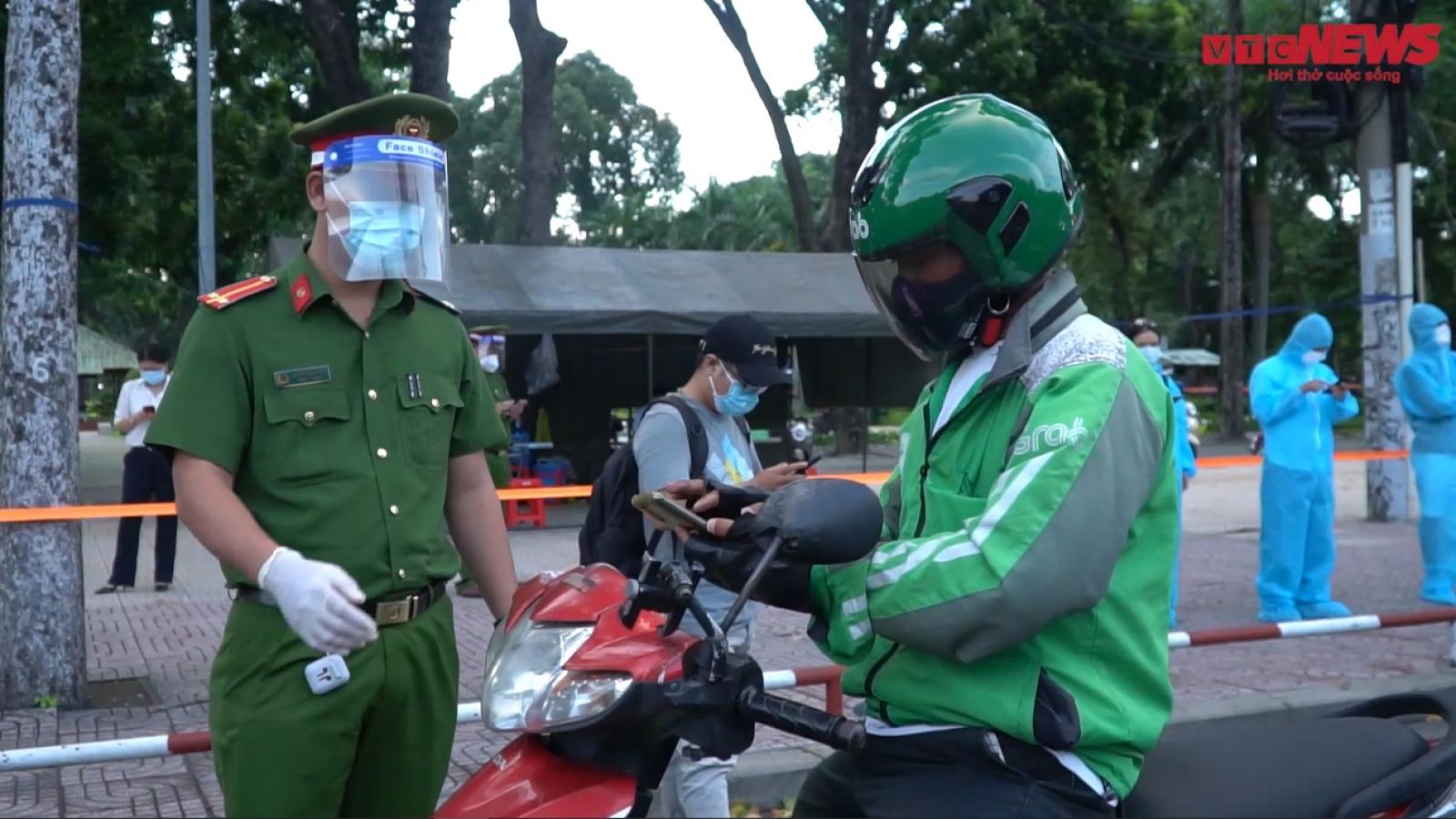 Video: Ra đường sau 18h, nhiều người ở TP.HCM bị xử phạt