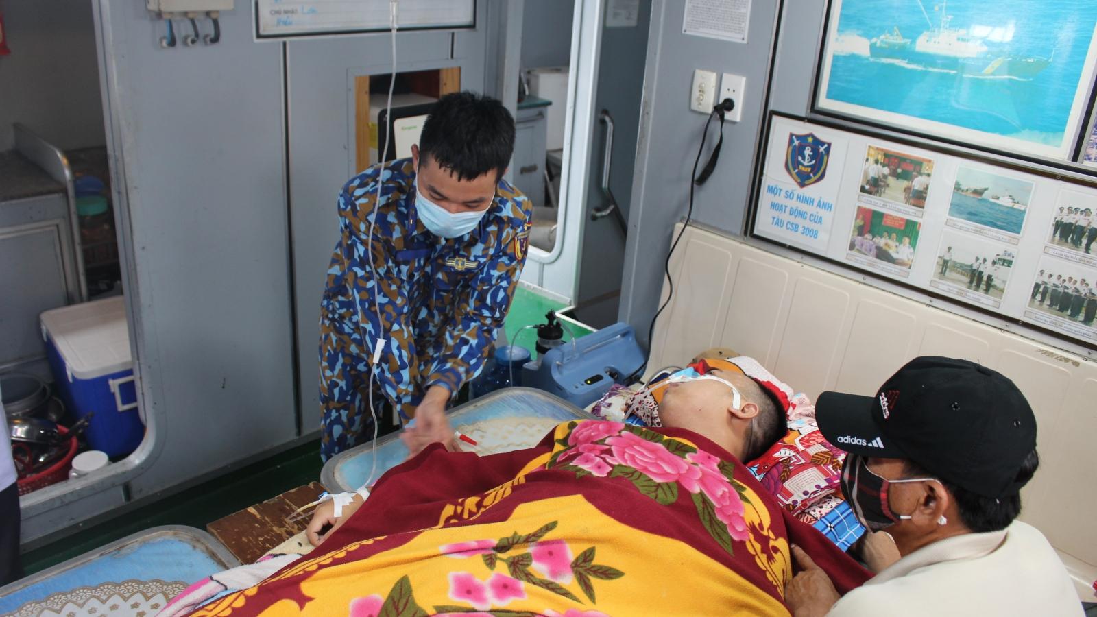 Cảnh sát biển cấp cứu 1 người dân nhiễm trùng đường ruột trên đảo Thổ Châu