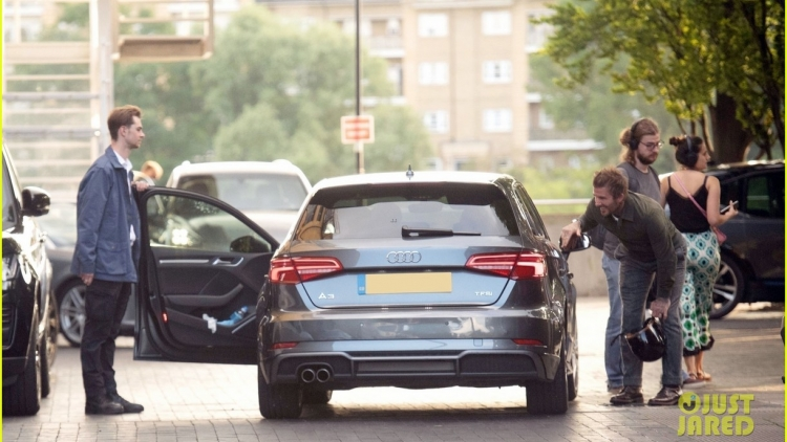 David Beckham tươi cười cúi chào diễn viên huyền thoại Michael Caine qua cửa kính ô tô