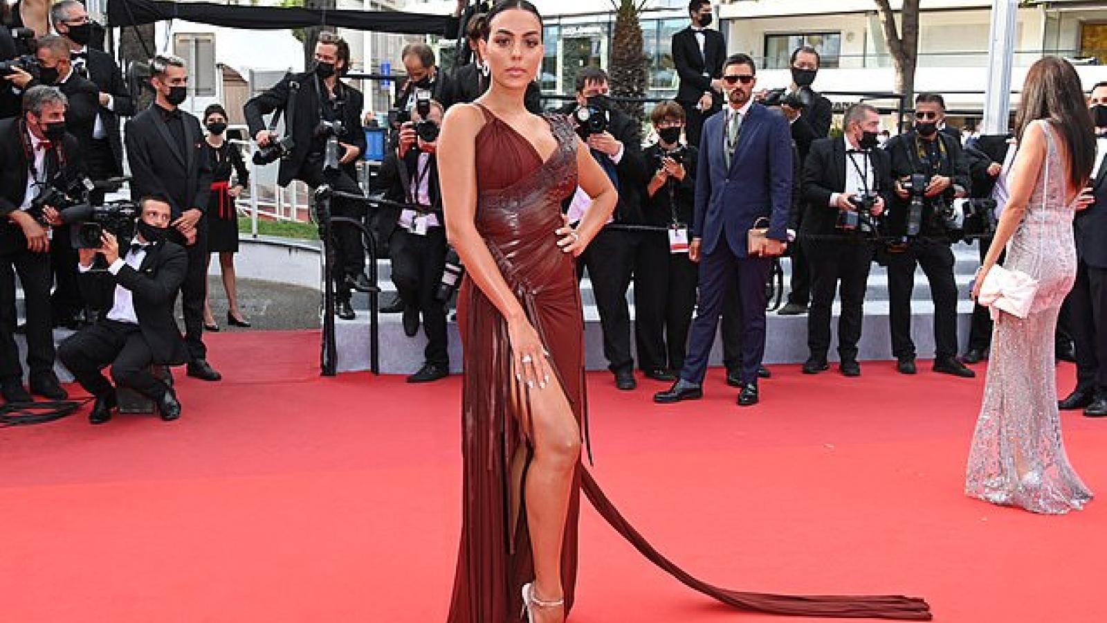 Bạn gái C.Ronaldo đẹp hút mắt trên thảm đỏ LHP Cannes 2021