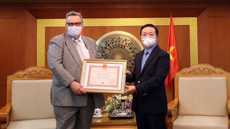 """Finnish Ambassador to Vietnam receives """"For the Cause of Natural Resources and Environment"""