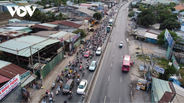 Locals rush to leave HCM City ahead of lockdown