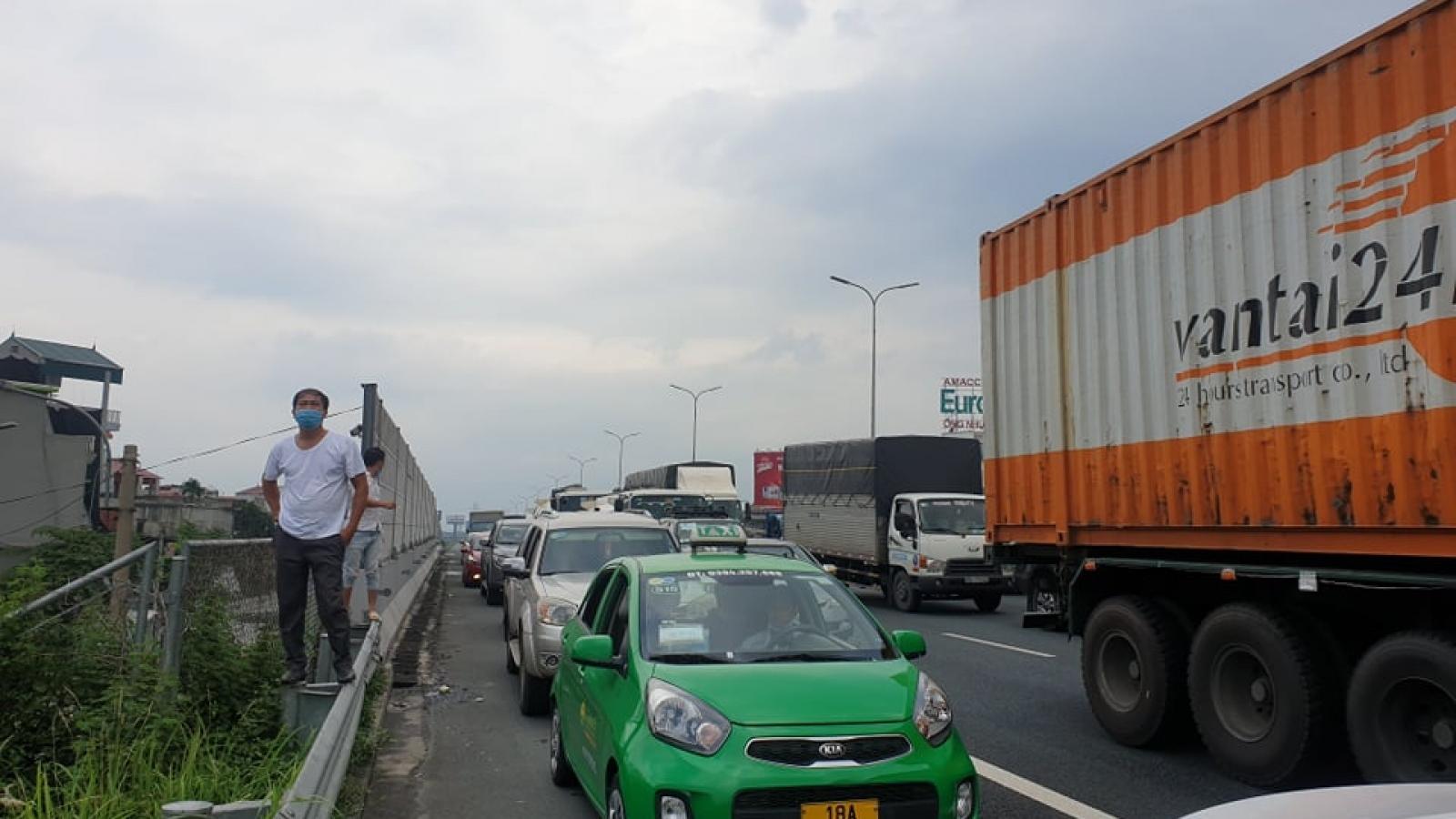 Ùn tắc tại cửa ngõ Hà Nội: Đề nghị CSGT dẫn đoàn xe chở hàng thiết yếu qua chốt