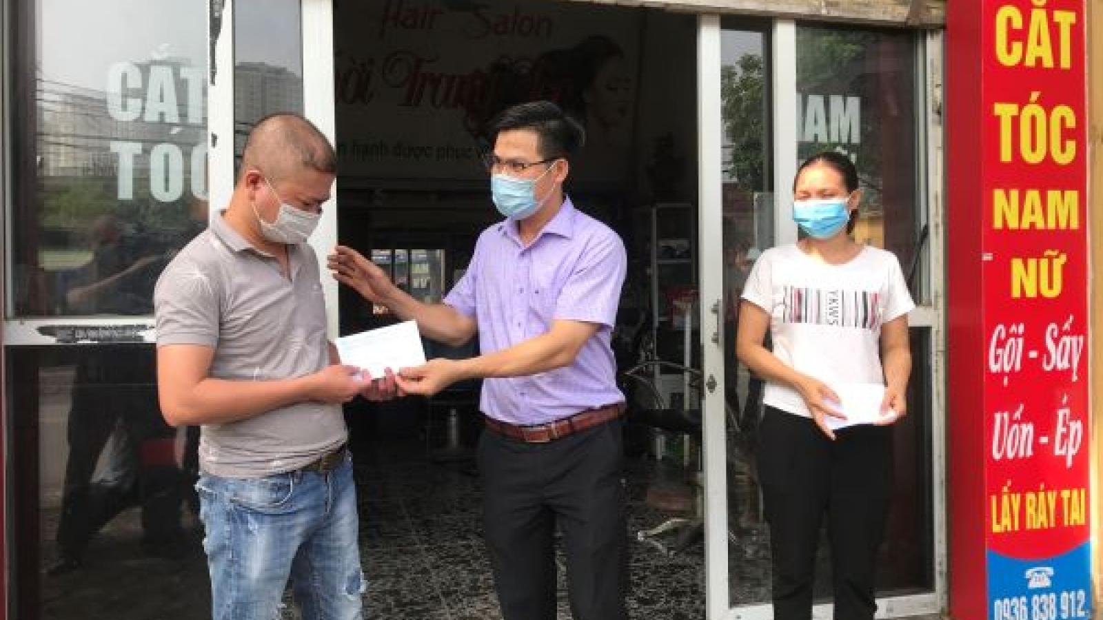Lao động tự do ở Hà Nội nhận tiền hỗ trợ khó khăn do dịch Covid-19