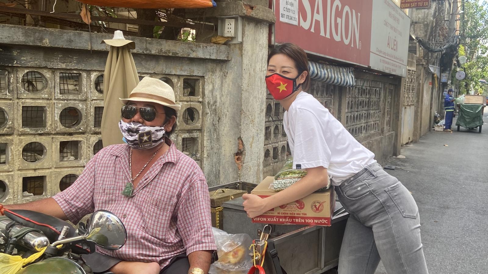 Hoa hậu Khánh Vân tặng quà cho người khuyết tật ở TP.HCM khó khăn do Covid-19