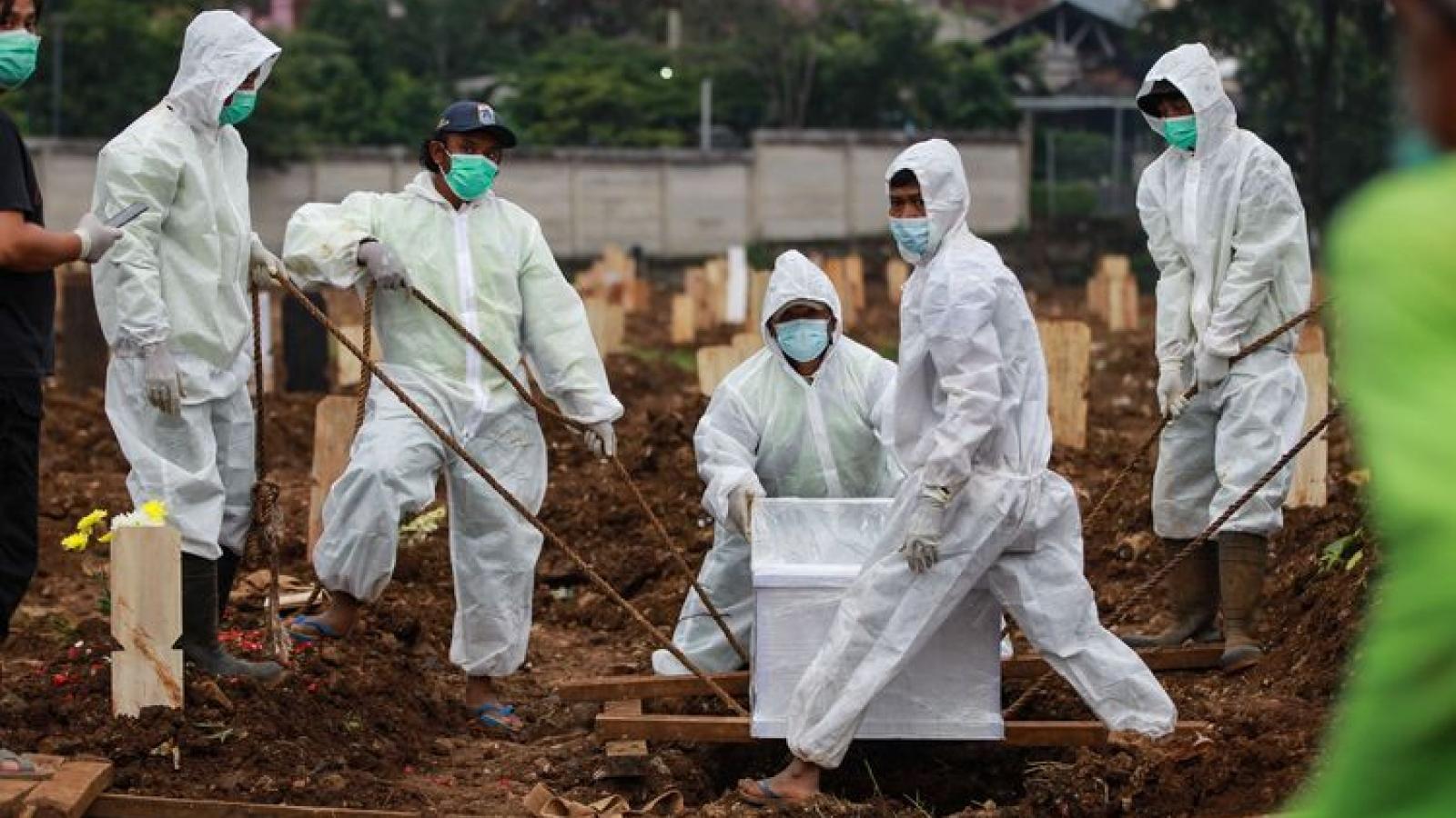 Dịch Covid-19 ở Indonesia: Sau xếp hàng vào bệnh viện là xếp hàng để được… chôn cất