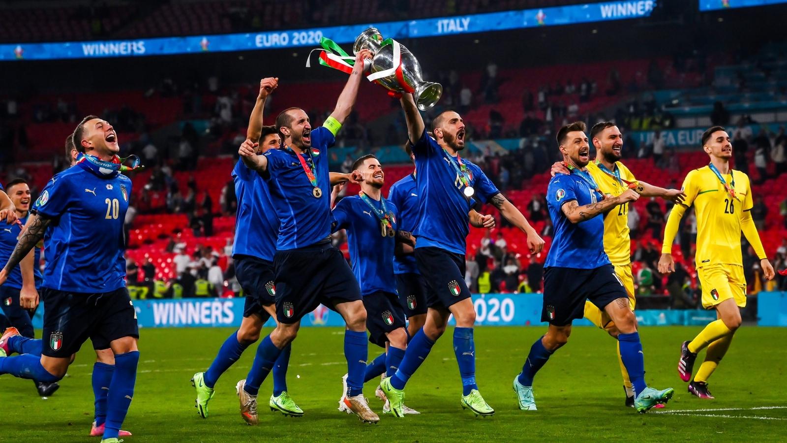 Cận cảnh: ĐT Italia nâng cúp, ăn mừng chức vô địch EURO 2021