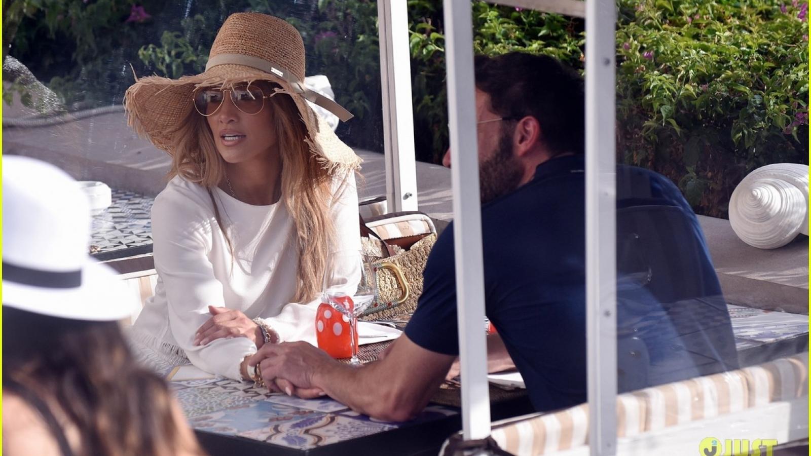 Jennifer Lopez và tình trẻ Ben Affleck nắm tay đi dạo ở Ý