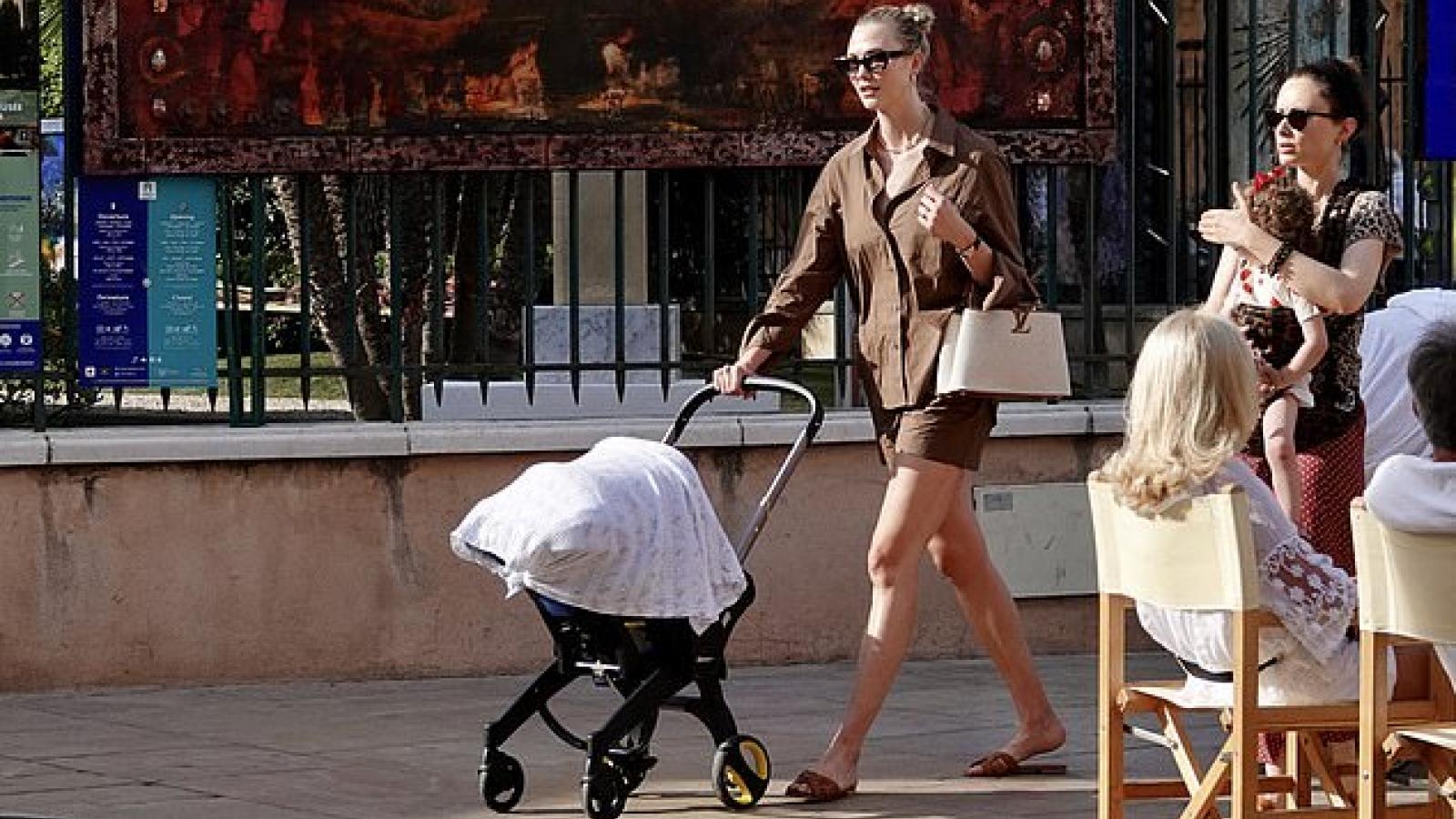 Karlie Kloss gợi cảm ra phố cùng con trai 4 tháng tuổi