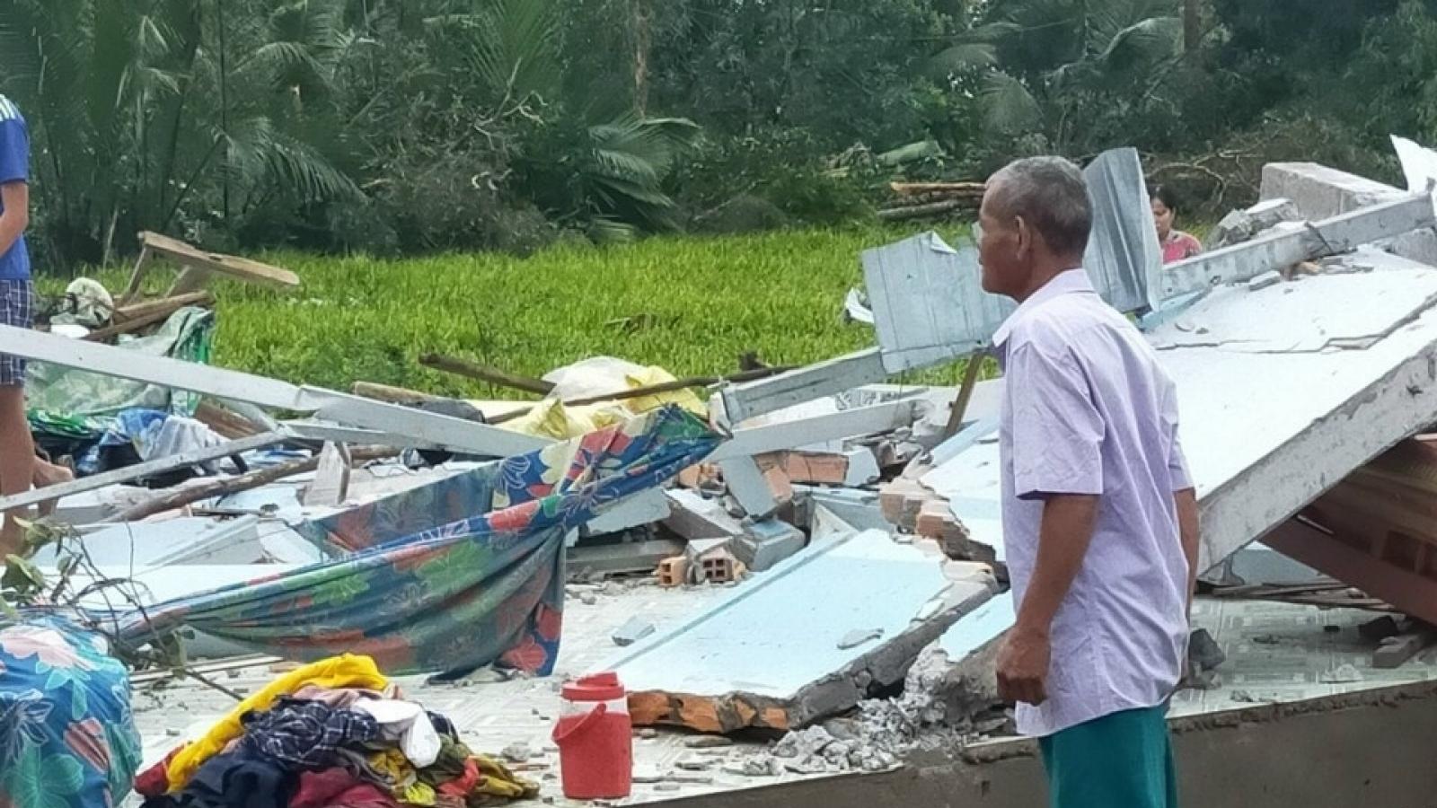 Lốc xoáy làm sập, tốc mái 62 căn nhà và làm 15 người bị thương