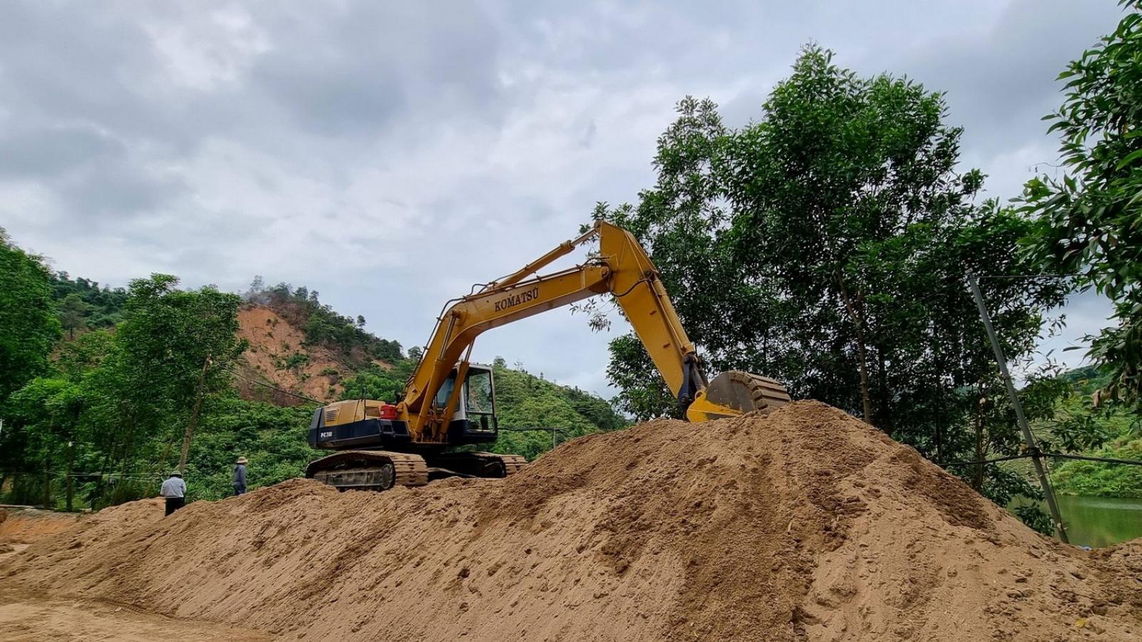 Đột kích, bắt quả tang hành vi hút cát trái phép giữa lòng hồ thủy điện Khe Giông
