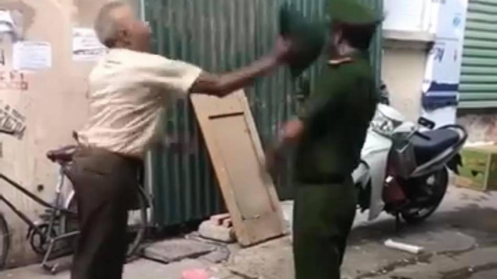 Cầm mũ tấn công công an khi bị nhắc nhở quy định phòng chống dịch