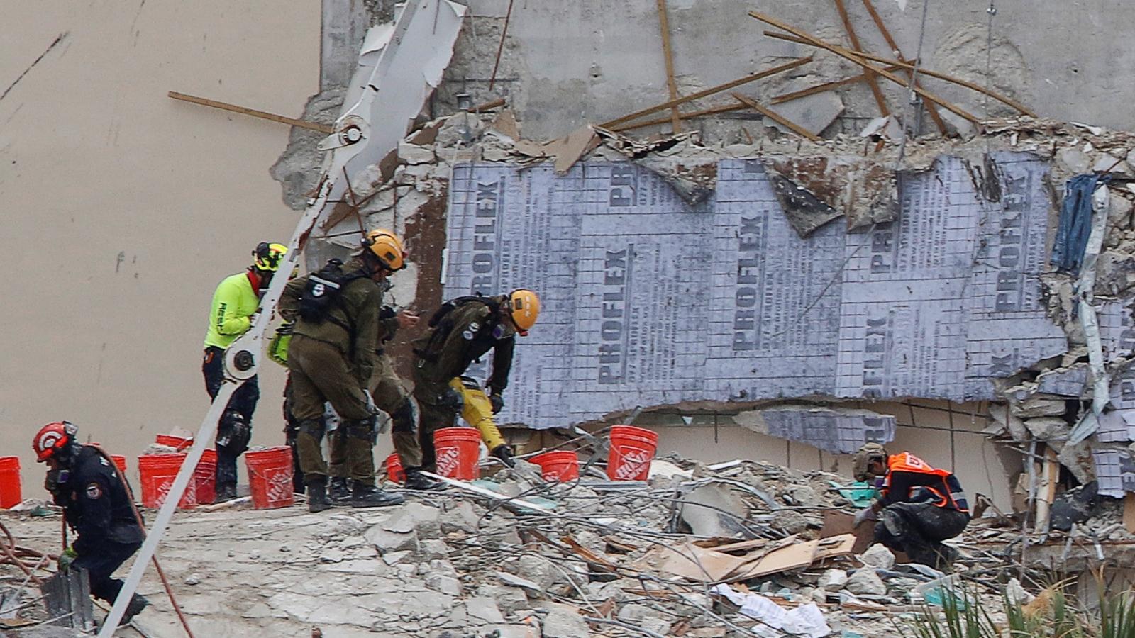 Tạm ngừng cứu hộ tại hiện trường vụ sập tòa nhà chung cư ở Mỹ