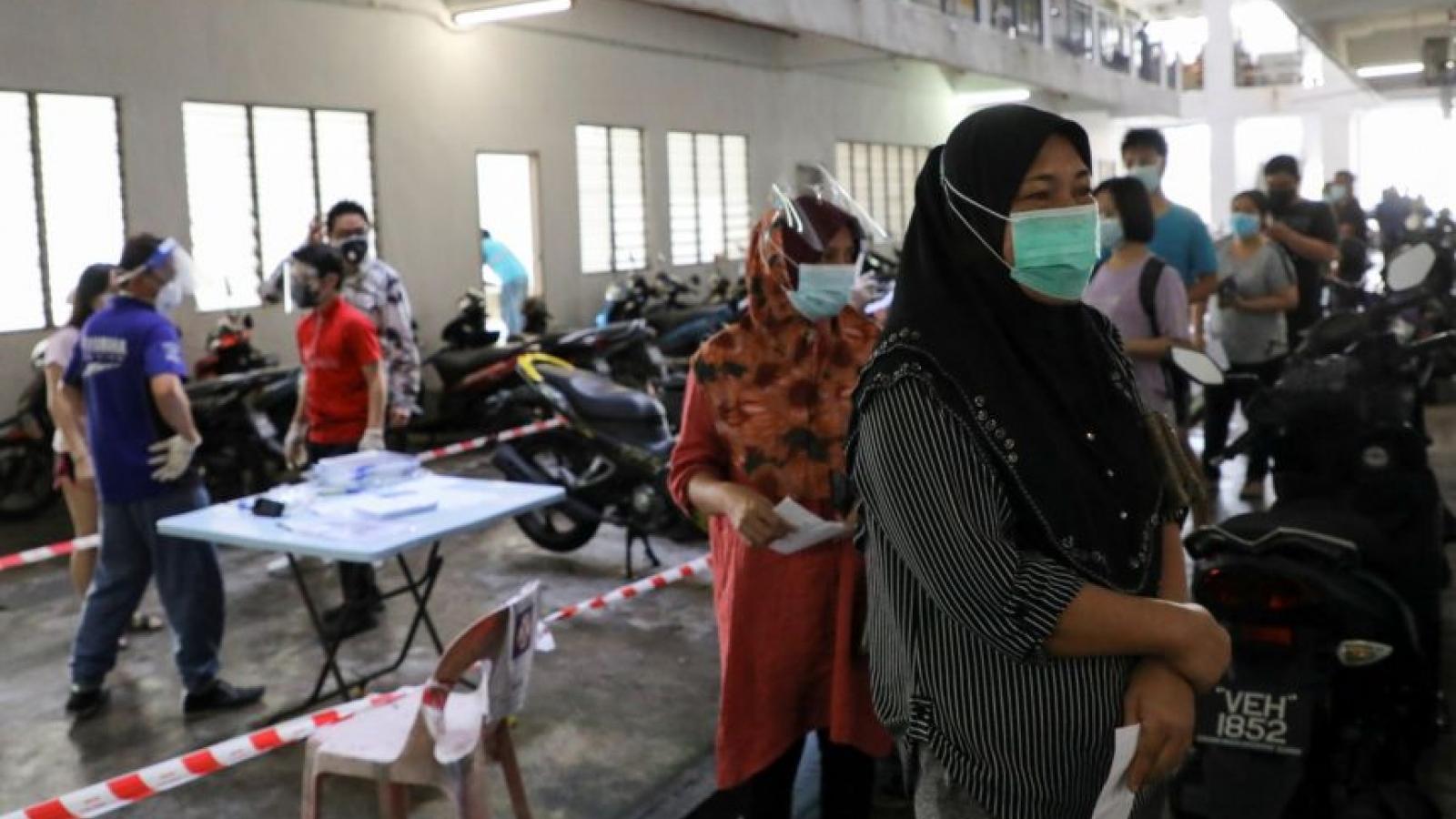 Số ca mắc Covid-19 mới trong ngày tại Malaysia cao kỷ lục