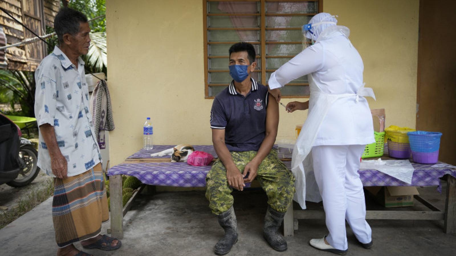 Tê liệt vì Covid-19, Malaysia tăng tốc chiến dịch tiêm chủng