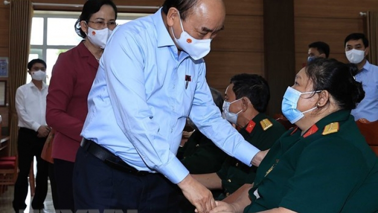 President presents gifts to invalids in Ha Nam