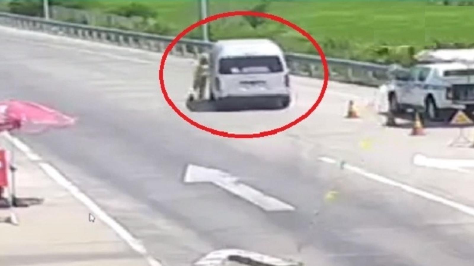 Tài xế giật giấy tờ, đâm thẳng và kéo rê cảnh sát giao thông hòng thông chốt kiểm dịch
