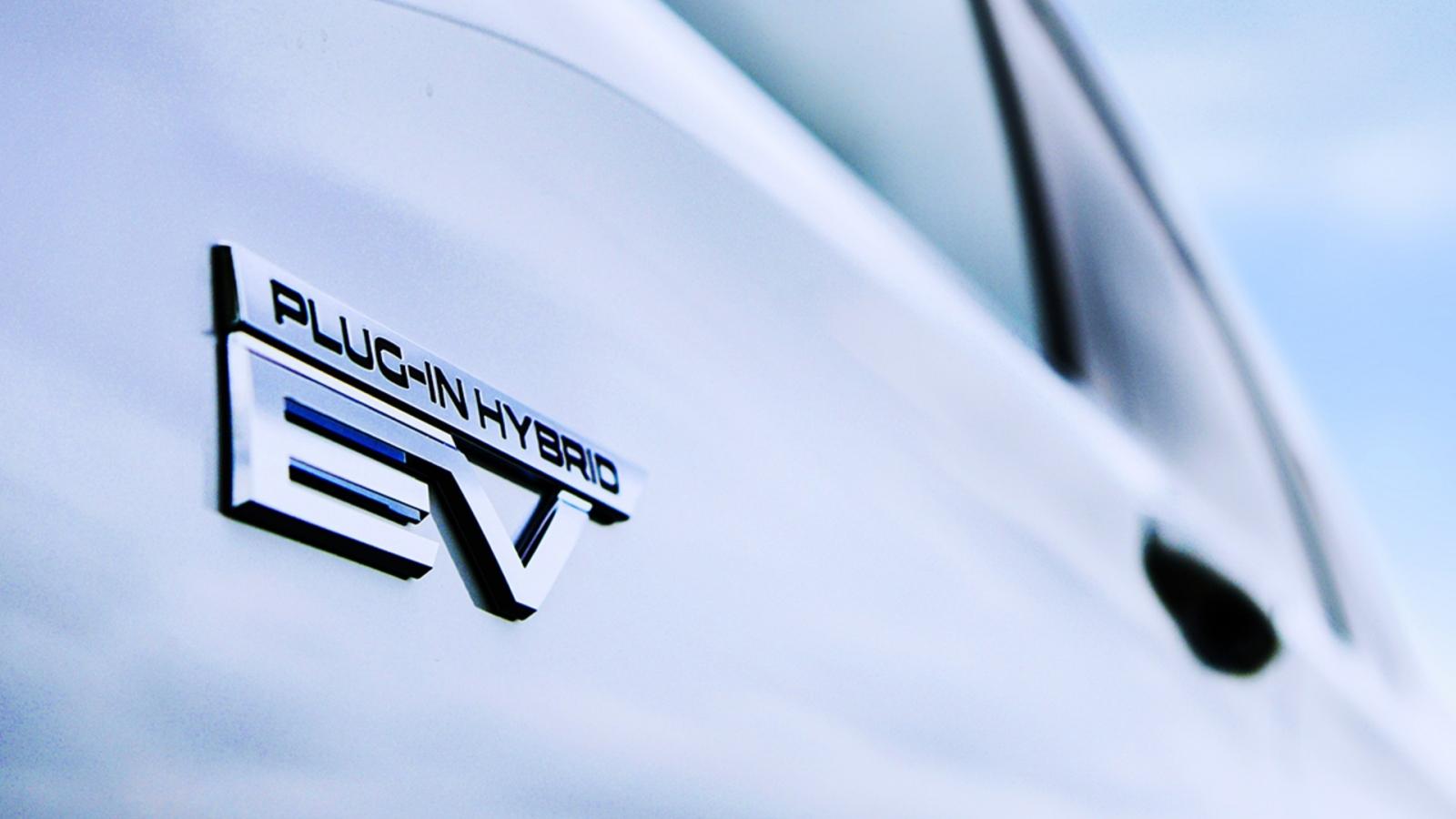 """Mitsubishi """"nhá hàng"""" chiếc Outlander PHEV mới sẽ ra mắt Mỹ vào năm sau"""