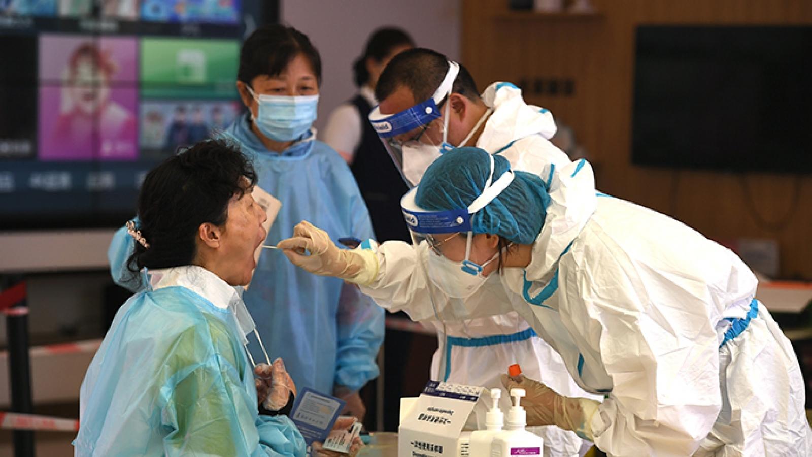 Dịch bệnh lan ra 13 thành phố, chuyên gia Trung Quốc kêu gọi sống chung cùng Covid-19