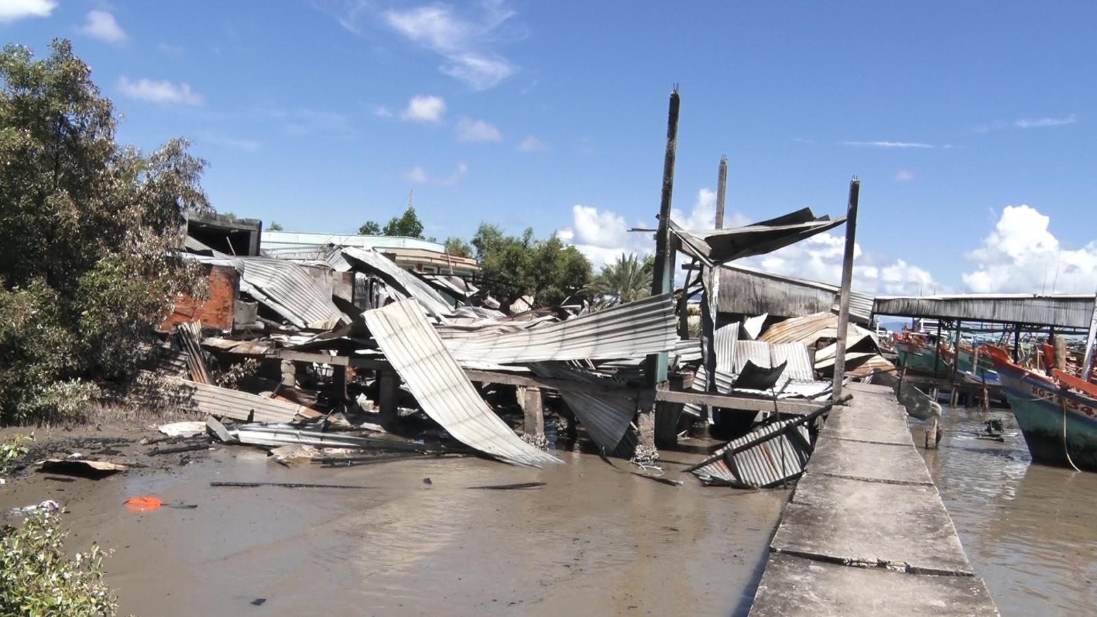 Buồn chuyện gia đình tự đốt nhà mình,4 nhà hàng xóm bị thiêu rụi