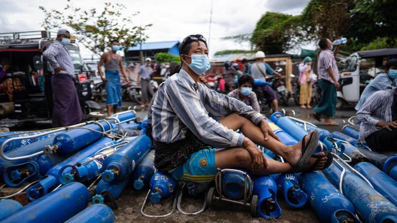 """Dịch Covid-19 bùng phát mạnh, Myanmar """"khát"""" oxy"""