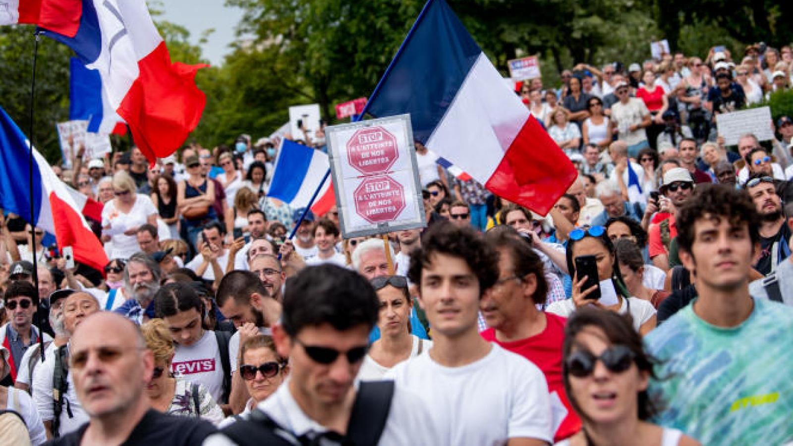 Hàng trăm nghìn người Pháp biểu tình chống các quy định y tế mới