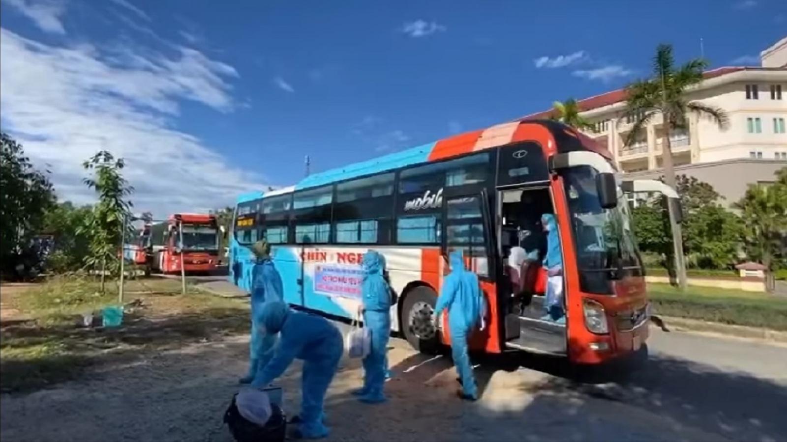 Đoàn xe đưa 200 người đợt đầu tiên từ TP.HCM về Quảng Ngãi an toàn