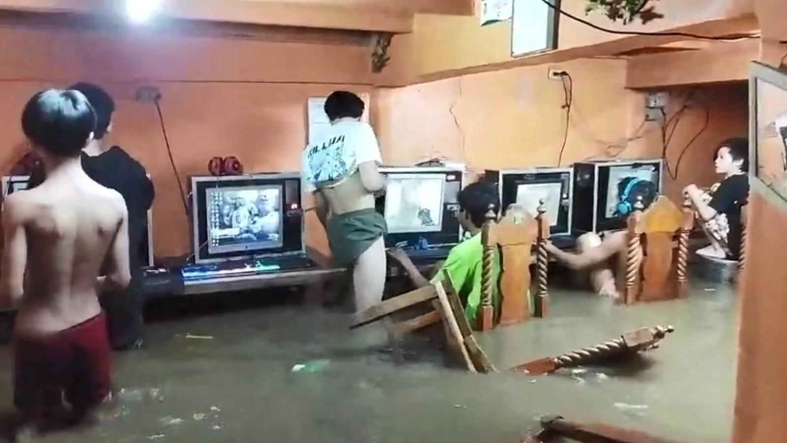 Video: Các game thủ Philippines vẫn mải mê chơi điện tử dù nước lũ ngập chỗ ngồi