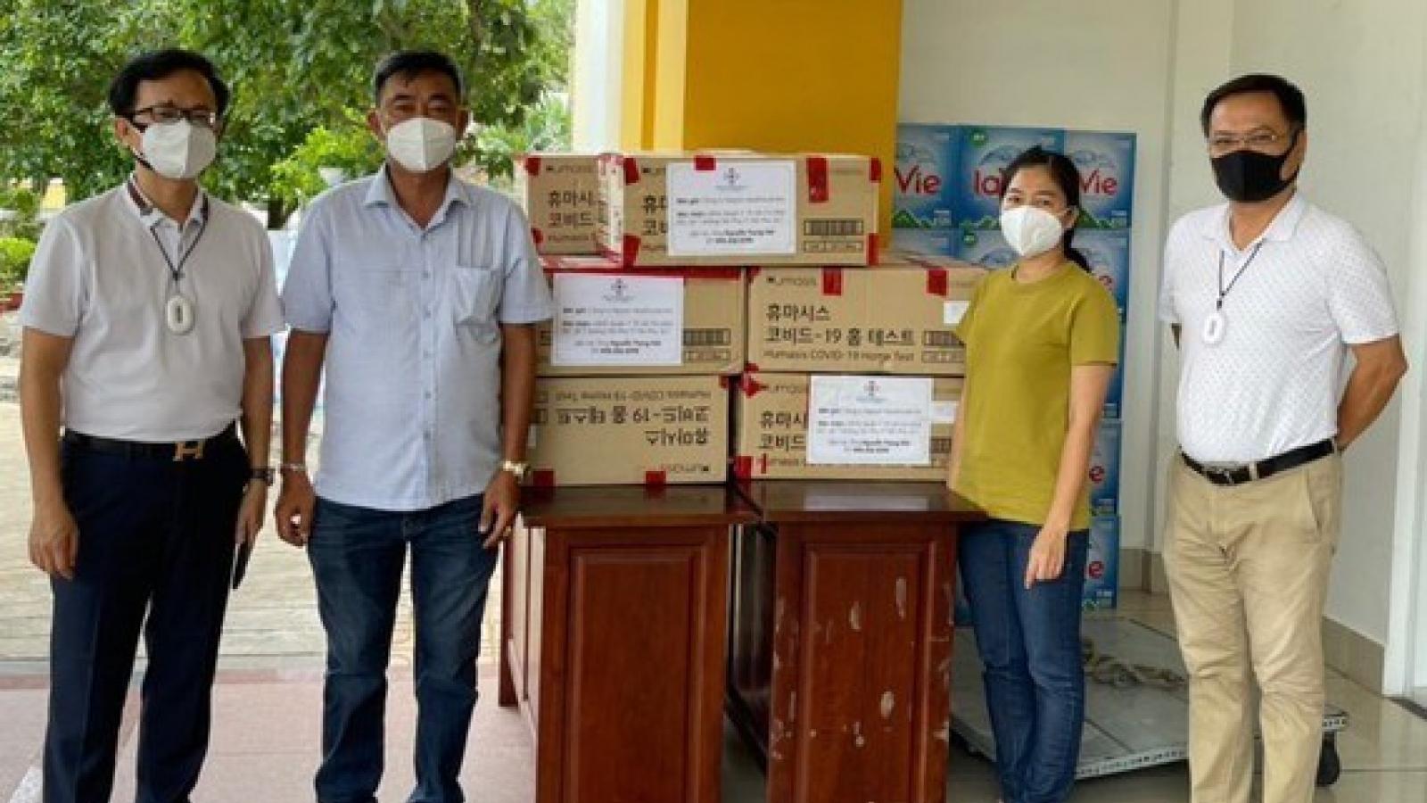 Kiều bào tặng 30.000 khẩu trang và 12.000 test kit hỗ trợ TP.HCM chống dịch