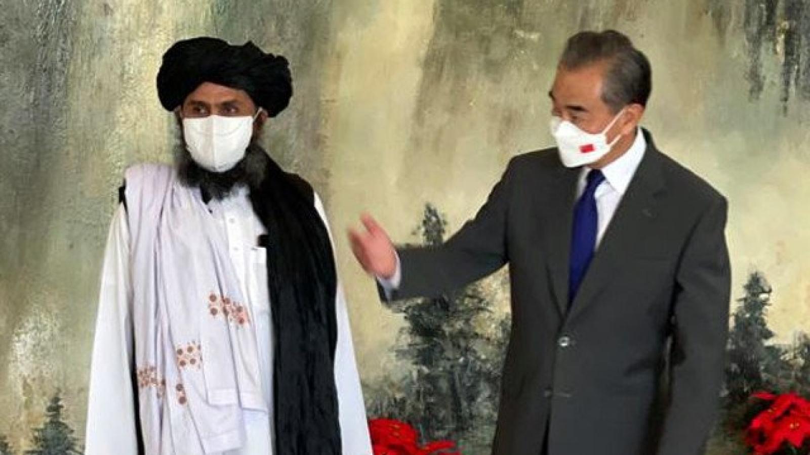 """Trung Quốc """"trao quà"""" cho Taliban, Mỹ cảnh báo Afghanistan sẽ bị quốc tế bài xích"""